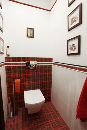 Туалет в современном стиле с белой плиткой, красной плиткой и разноцветной плиткой