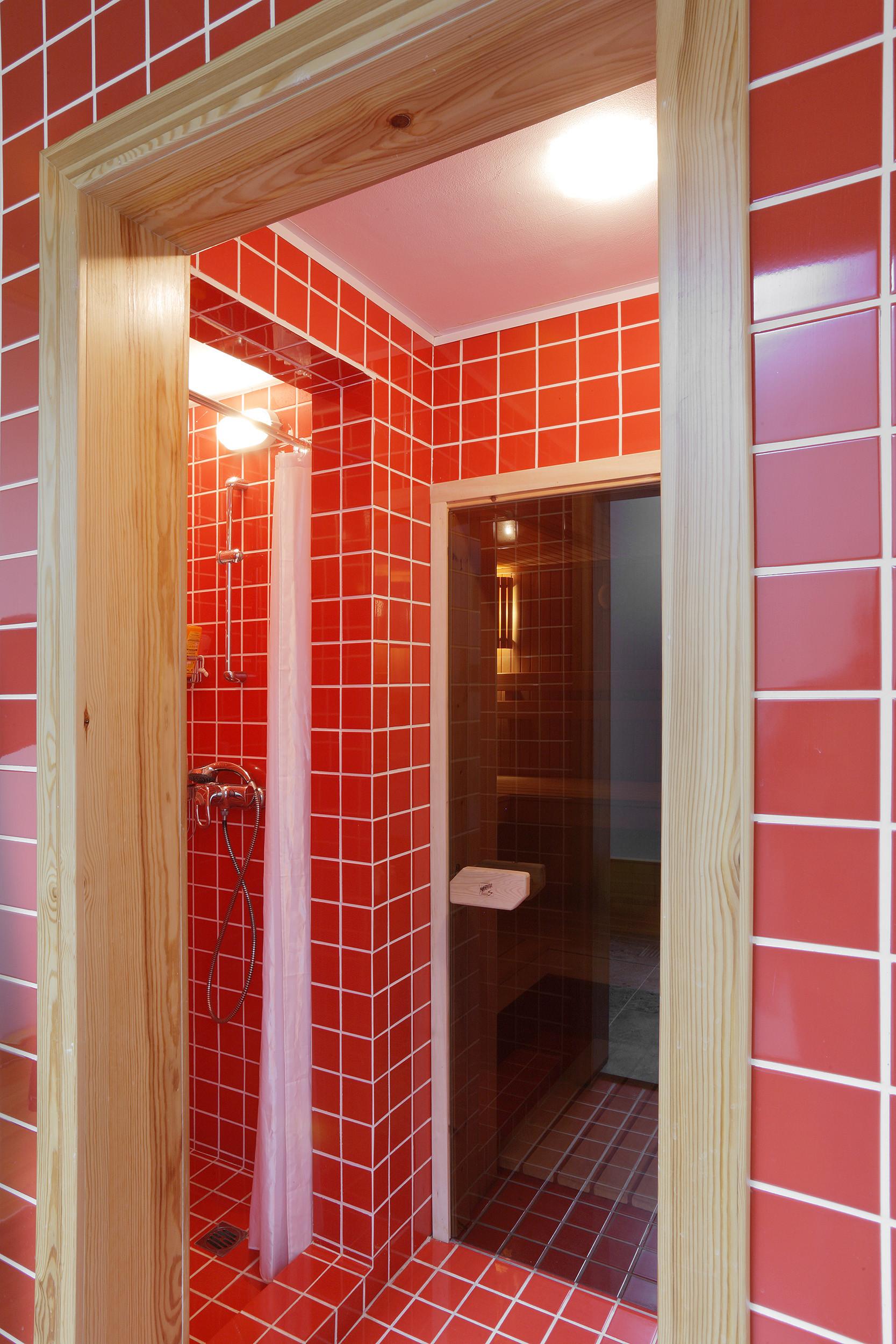 Ванная комната в современном стиле с красной плиткой с белыми швами