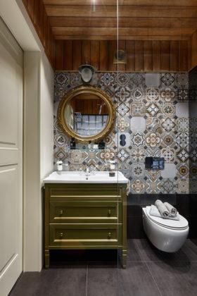 Туалет в стиле фьюжн с разноцветной плиткой и монолитной раковиной