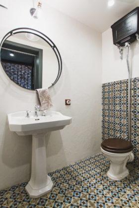 Туалет в средиземноморском стиле с раздельным унитазом, разноцветной плиткой, белыми стенами, раковиной с пьедесталом и разноцветным полом