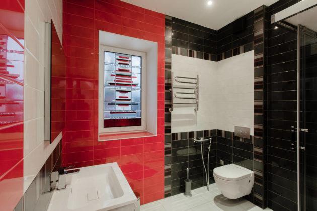 Ванная комната в современном стиле с инсталляцией, красной плиткой, черной плиткой, душевой кабиной и накладной раковиной