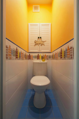 Маленький туалет в современном стиле с разноцветной плиткой, керамической плиткой, полом из керамической плитки, раздельным унитазом, желтыми стенами и синим полом
