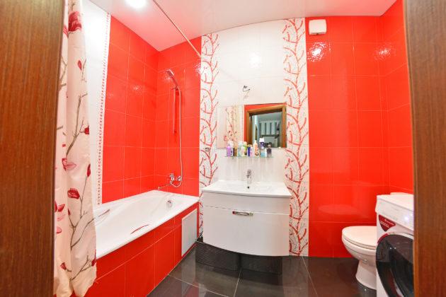 Ванная комната с черным полом и красно-белыми стенами с узорами