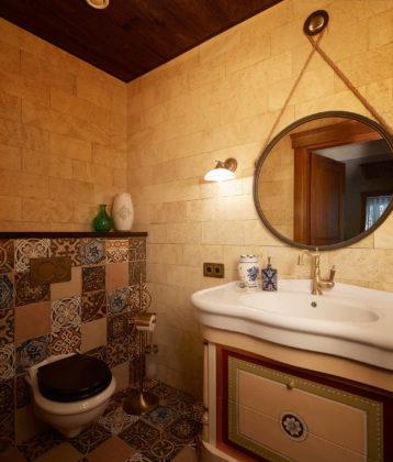 Маленький туалет в средиземноморском стиле с бежевой плиткой, разноцветной плиткой, бежевыми стенами, полом из мозаичной плитки и разноцветным полом