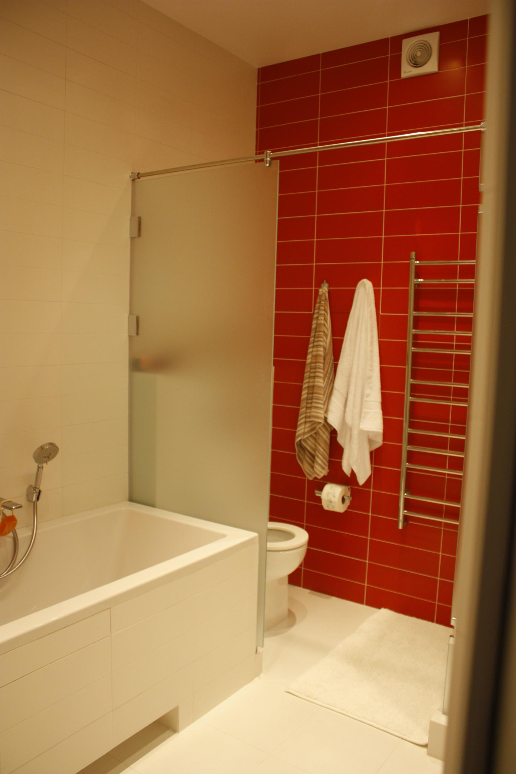 Ванная комната в современном стиле с красно-белыми стенами и белым полом