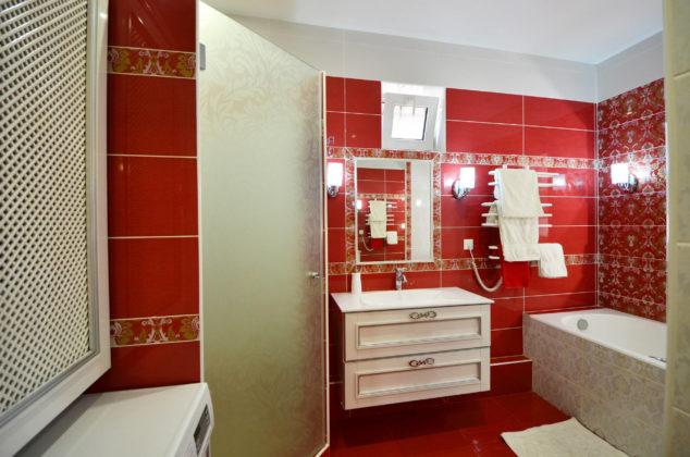 Ванная комната с красным полом и красными стенами
