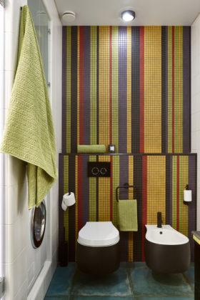 Туалет в современном стиле с разноцветной плиткой, плиткой мозаикой и синим полом