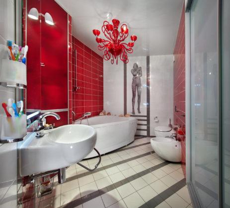 Ванная комната в стиле фьюжн с красными стенами
