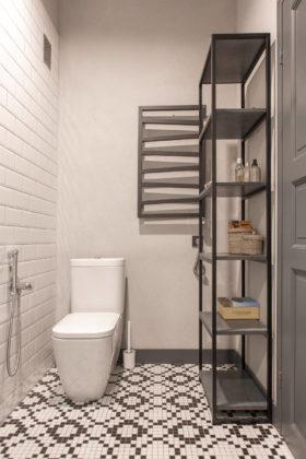 Туалет в стиле лофт с раздельным унитазом, белой плиткой, черной плиткой, плиткой кабанчик, белыми стенами, полом из мозаичной плитки и разноцветным полом