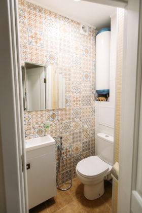Маленький туалет в классическом стиле с разноцветной плиткой, керамической плиткой, бежевыми стенами, полом из керамогранита, врезной раковиной, столешницей из искусственного камня, коричневым полом и белой столешницей