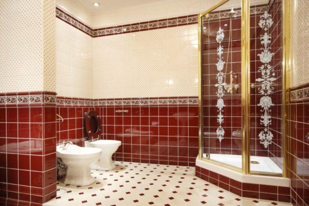 Ванная комната с красно-белыми стенами и красно-белым полом