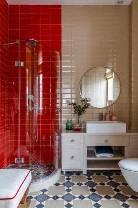 Ванная комната в современном стиле с бежевой плиткой и красной плиткой, душевой кабиной, настольной раковиной, разноцветным полом и бежевой столешницей