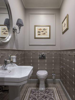 Туалет с узорчатым полом в классическом стиле