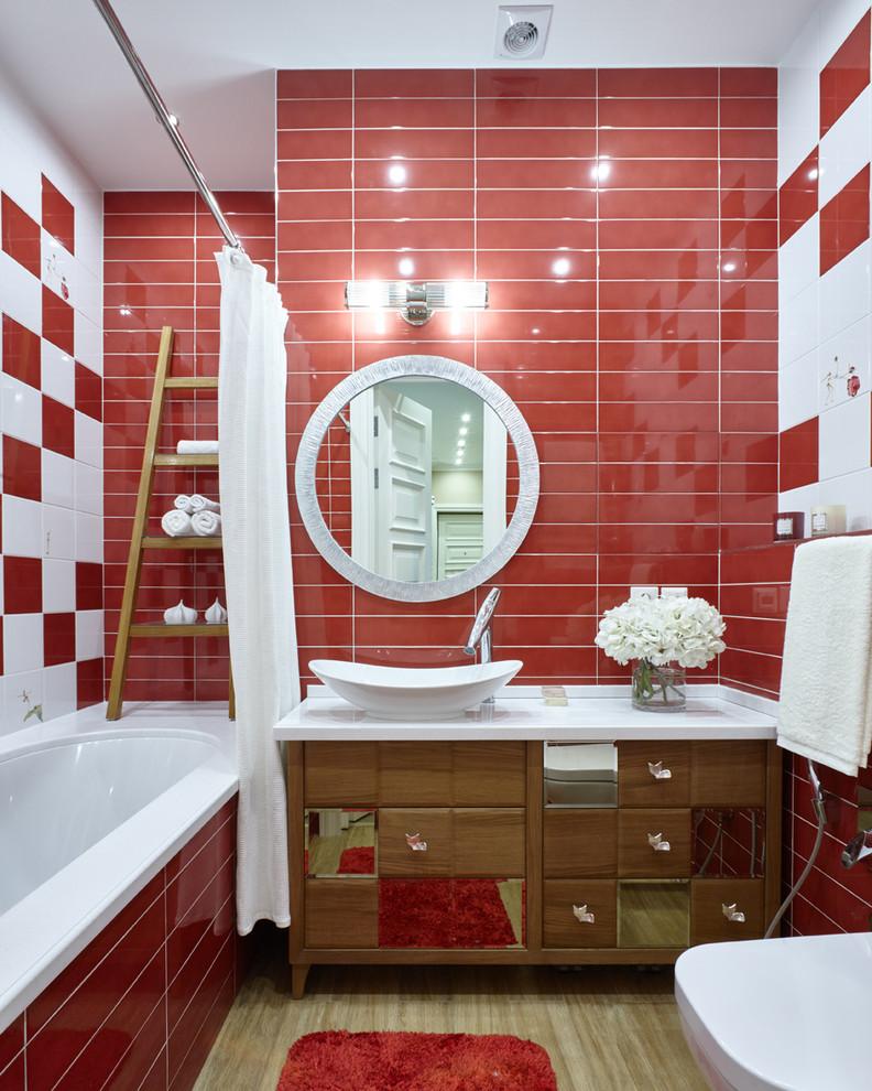 Ванная комната в современном стиле с фасадами цвета дерева среднего тона, красной и белой плиткой, керамогранитной плиткой, полом из керамогранита, настольной раковиной, столешницей из искусственного камня, бежевым полом и шторкой для ванной