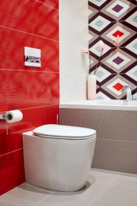 Большая ванная комната в современном стиле с ванной в нише, раздельным унитазом, красной и разноцветной плиткой