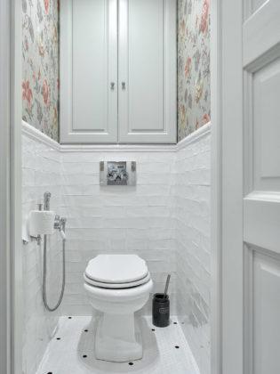 Туалет в классическом стиле с серыми фасадами, белой плиткой, разноцветными стенами, полом из мозаичной плитки, белым полом и раздельным унитазом