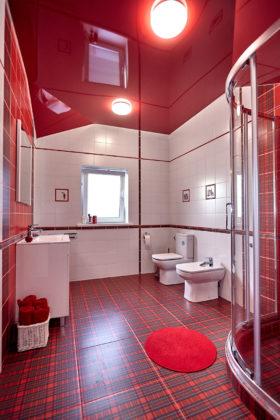 Ванная комната с красной и белой плиткой