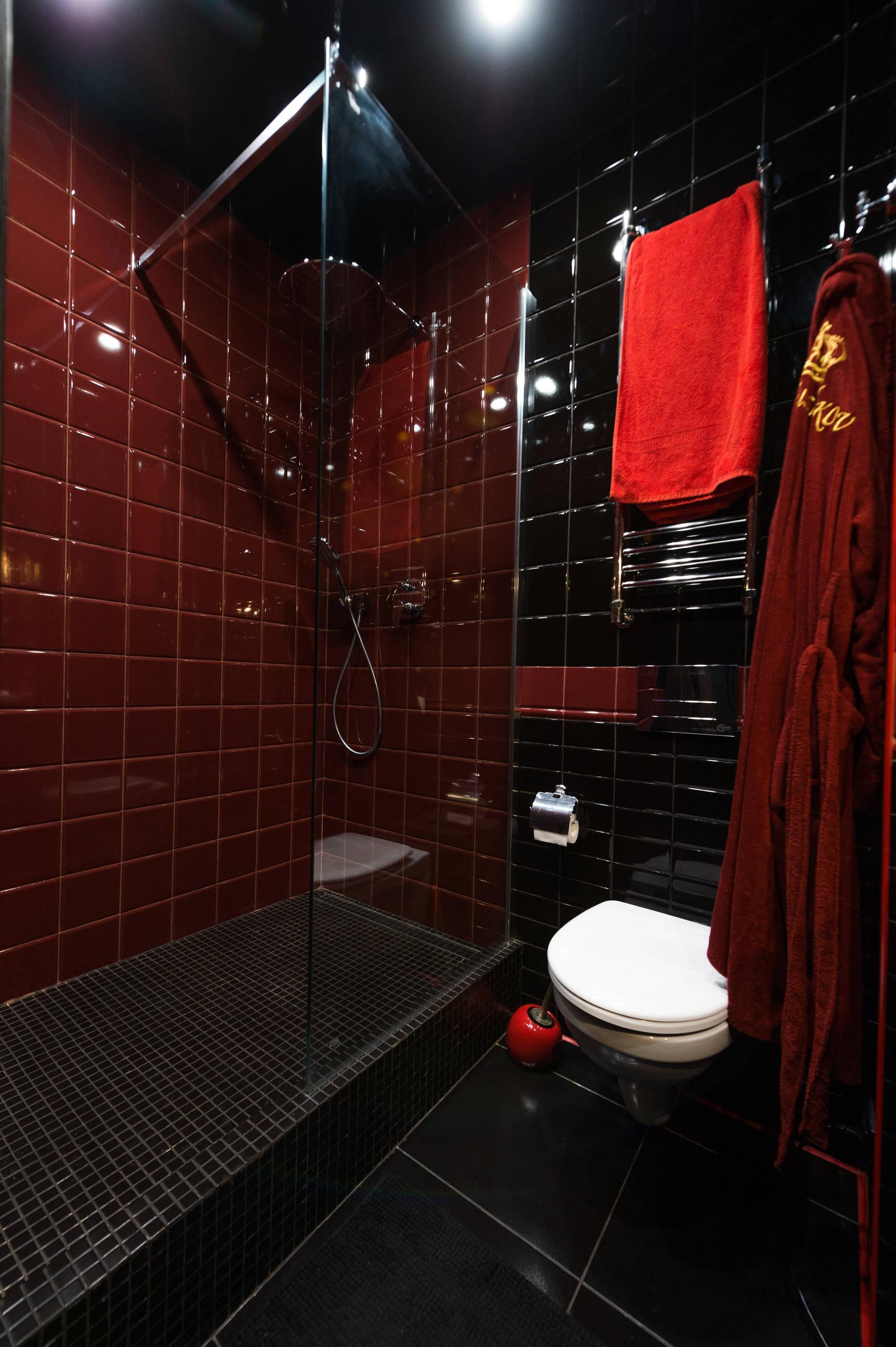 Ванная комната в красно-черных тонах