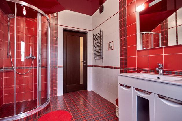 Ванная комната в современном стиле с красно-белыми стенами