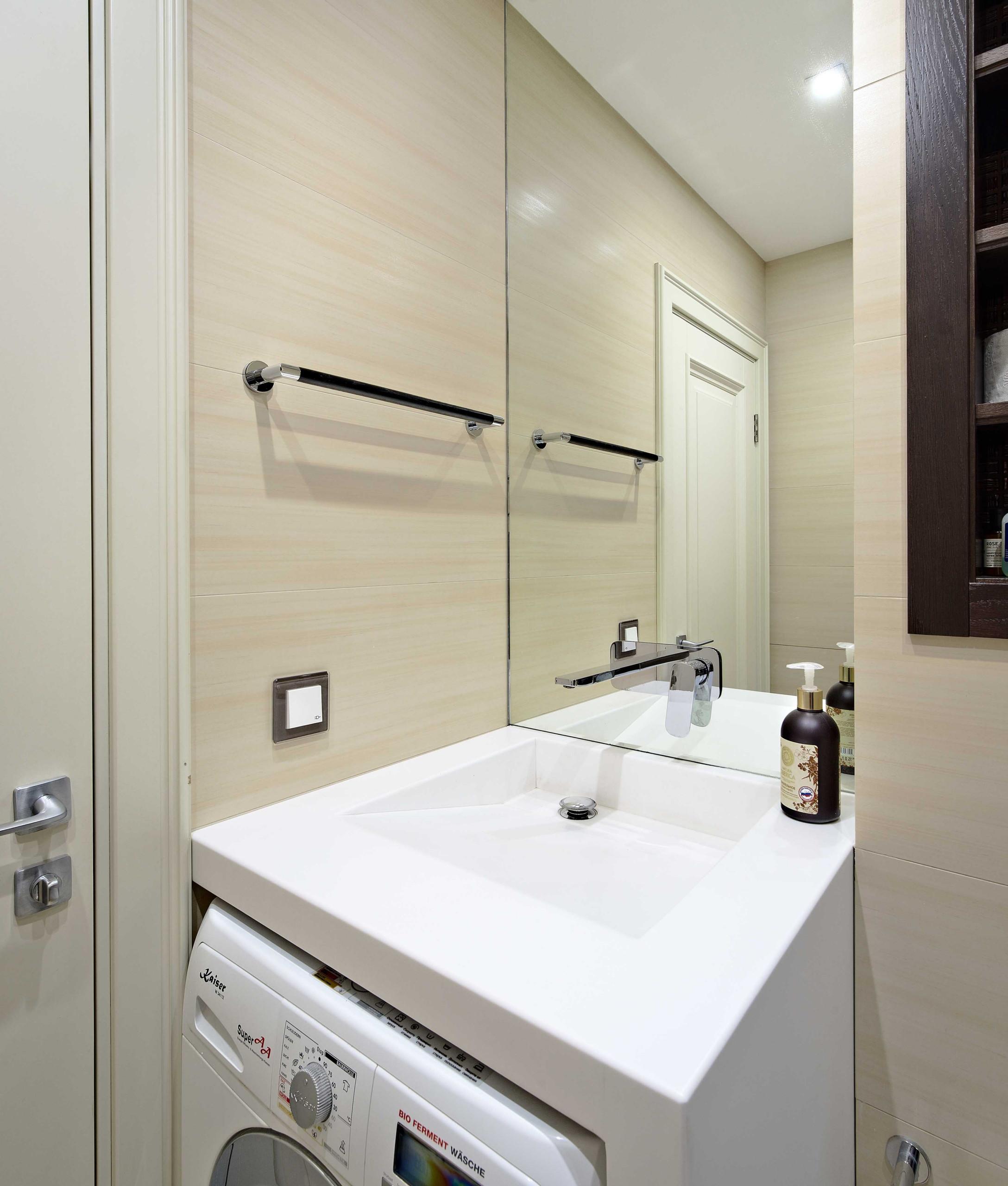 Маленькая ванная в классическом стиле с бежевой плиткой и раковиной-кувшинкой