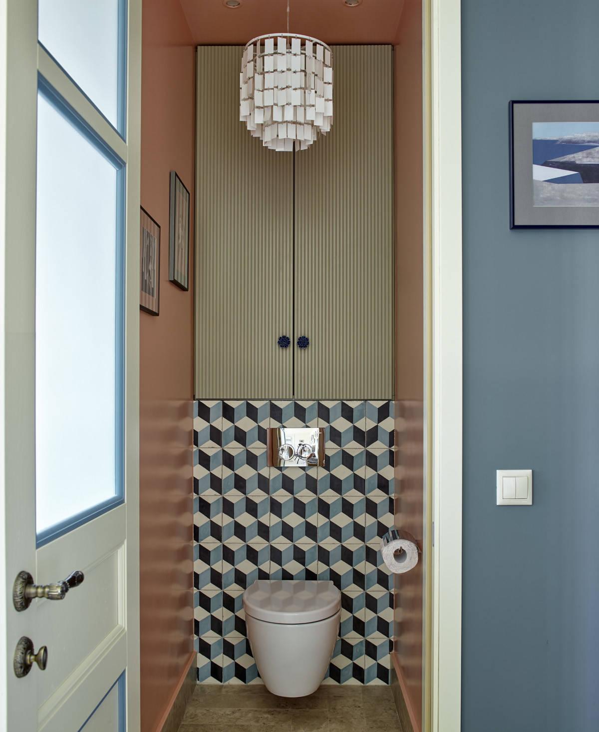 Туалет в стиле современная классика с инсталляцией, плоскими фасадами и синей плиткой
