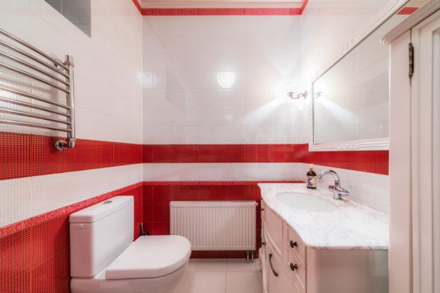 Ванная комната в классическом стиле с белым полом