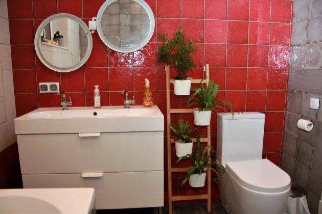 Большая ванная комната в стиле фьюжн с красными стенами