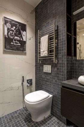 Туалет в современном стиле с раздельным унитазом, серой плиткой, плиткой мозаикой, полом из мозаичной плитки, настольной раковиной и серым полом
