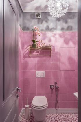 уалет в стиле фьюжн с розовой плиткой и розовым полом, керамической плиткой, серыми стенами и полом из мозаичной плитки