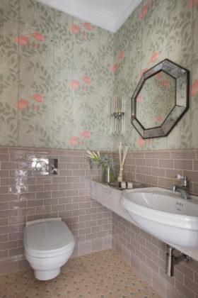 Маленький туалет в стиле современная классика с керамической плиткой, зелеными стенами, полом из мозаичной плитки, бежевым полом, серой столешницей и бежевой плиткой