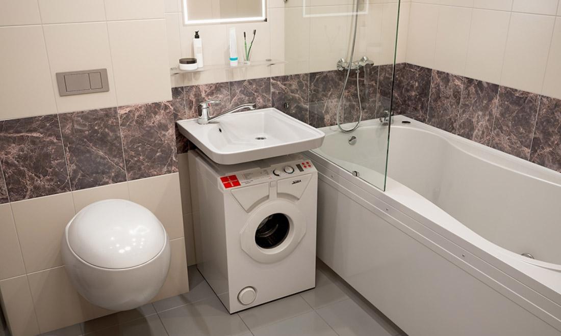 Раковина-кувшинка в ванной с бежевой плиткой