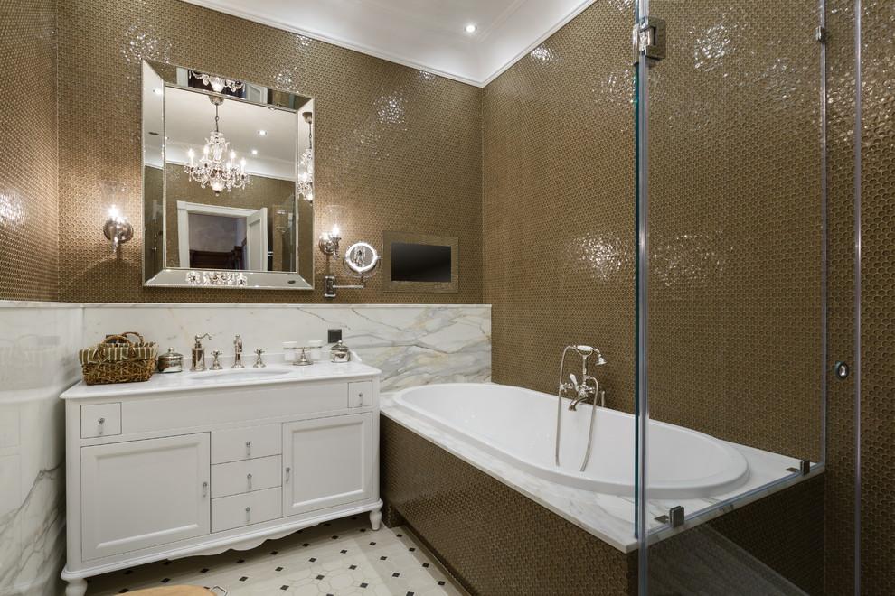 Освещение в ванной комнате с помощью люстры и светильников