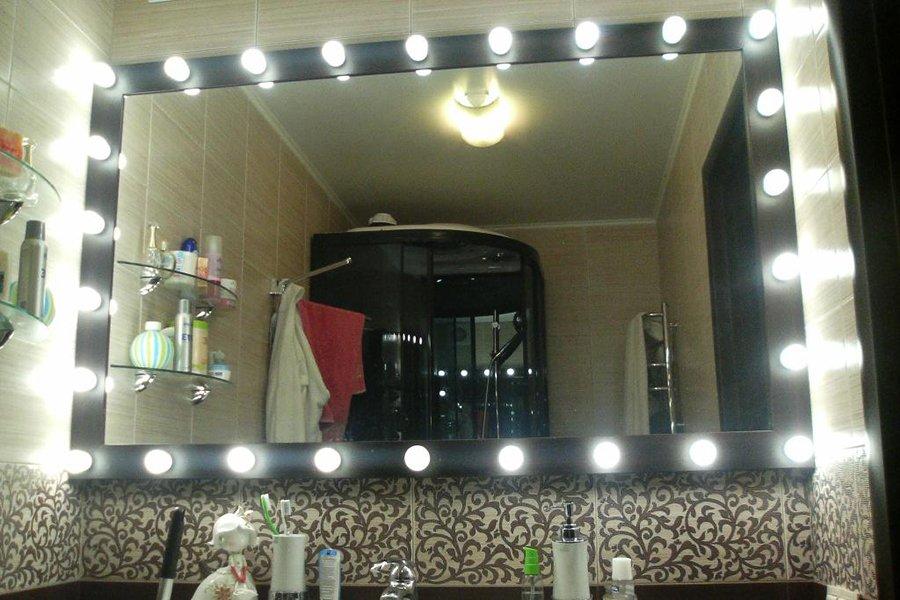 Освещение в ванной комнате с точечными светильниками по периметру зеркала