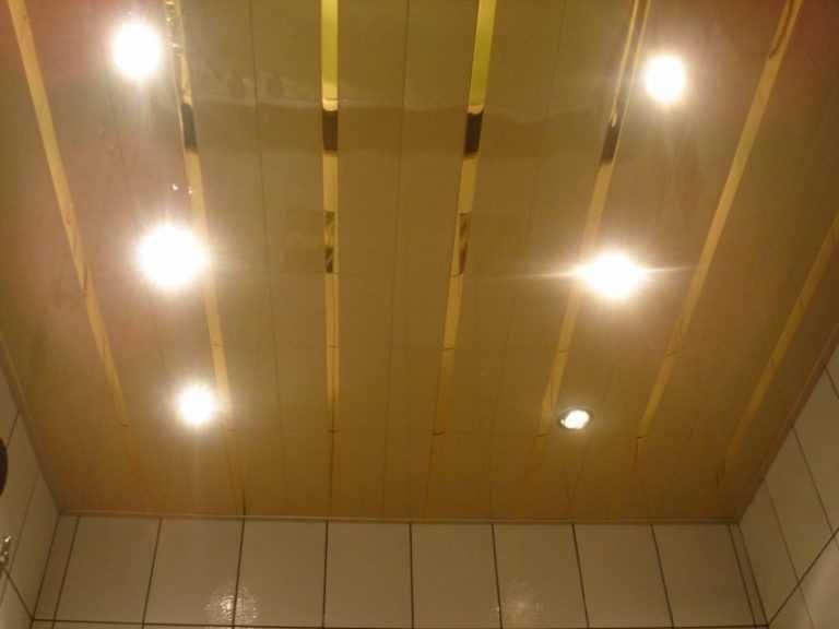 Освещение в ванной комнате с пластиковым потолком