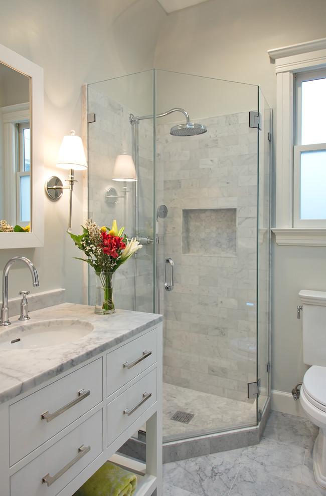 Маленькая ванная в кремовых тонах и мраморной плиткой