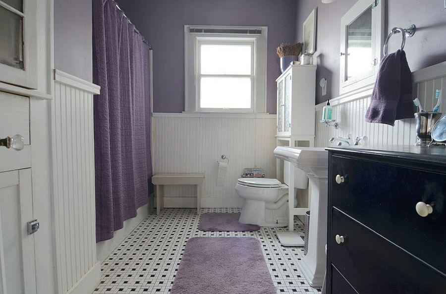 Ванная с фиолетово-сливовыми стенами, с белым унитазом и белой раковиной и с фиолетовым ковриком