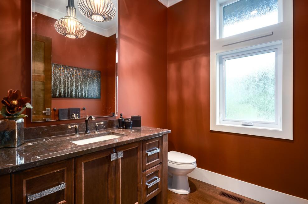 Ванная в деревенском стиле со стенами смородинового цвета