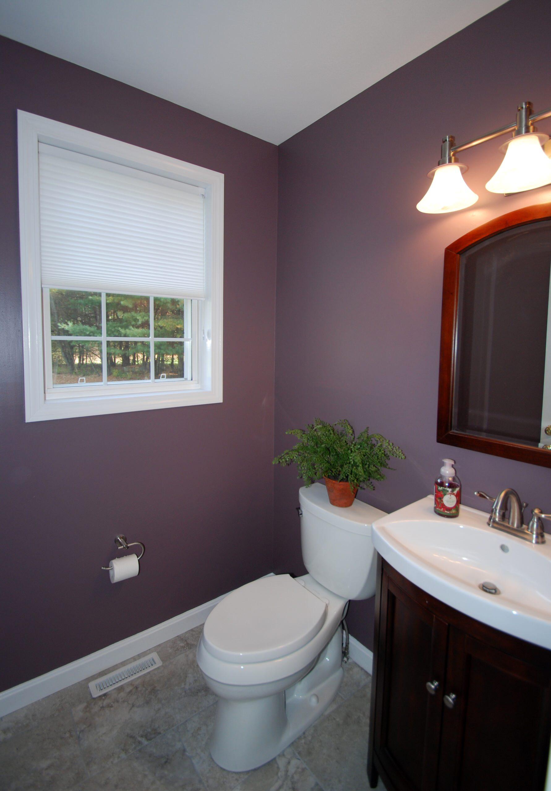 Ванная цвета баклажана с белой раковиной, белым унитазом и жалюзи