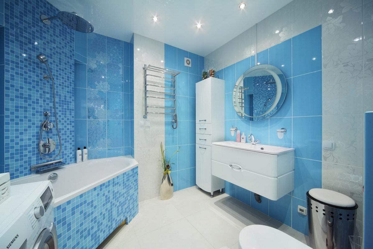 Лазурно-синие стены в ванной, белый унитаз, белая столешница и белый шкаф