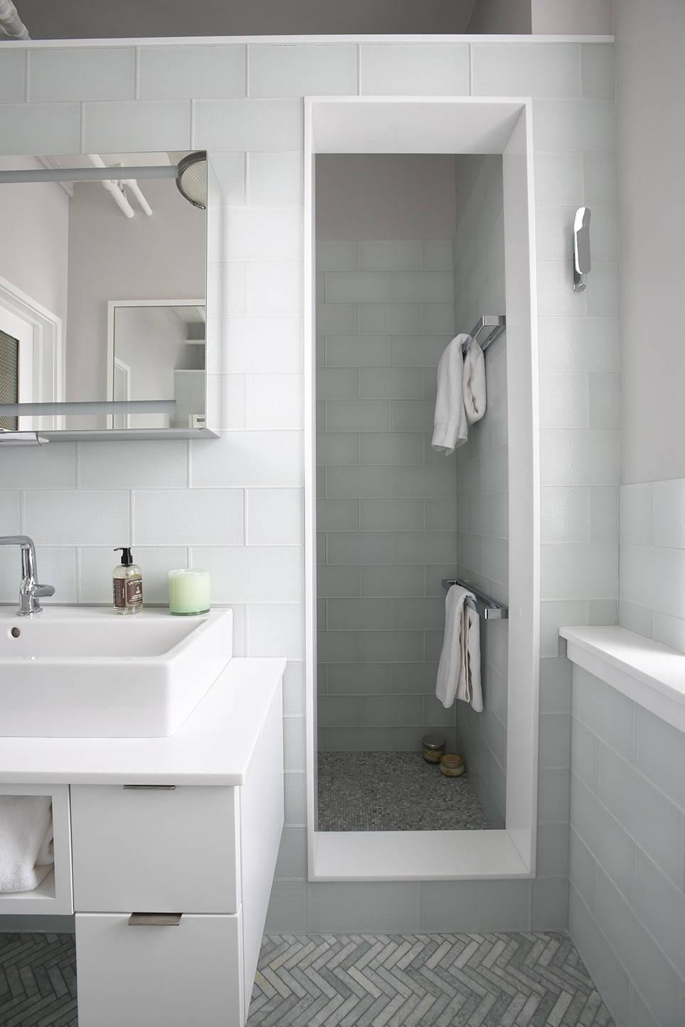 Пепельно-серая ванная с белыми аксессуарами