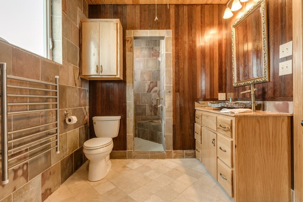 Коричневые стены в ванной и белые аксессуары