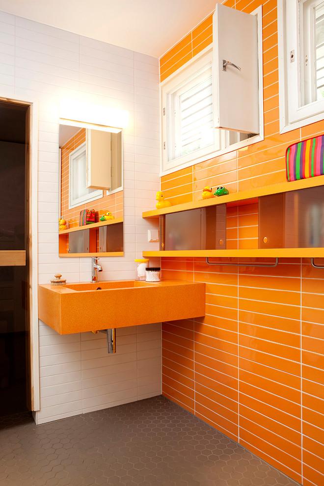 Ванная с оранжевыми и белыми стенами
