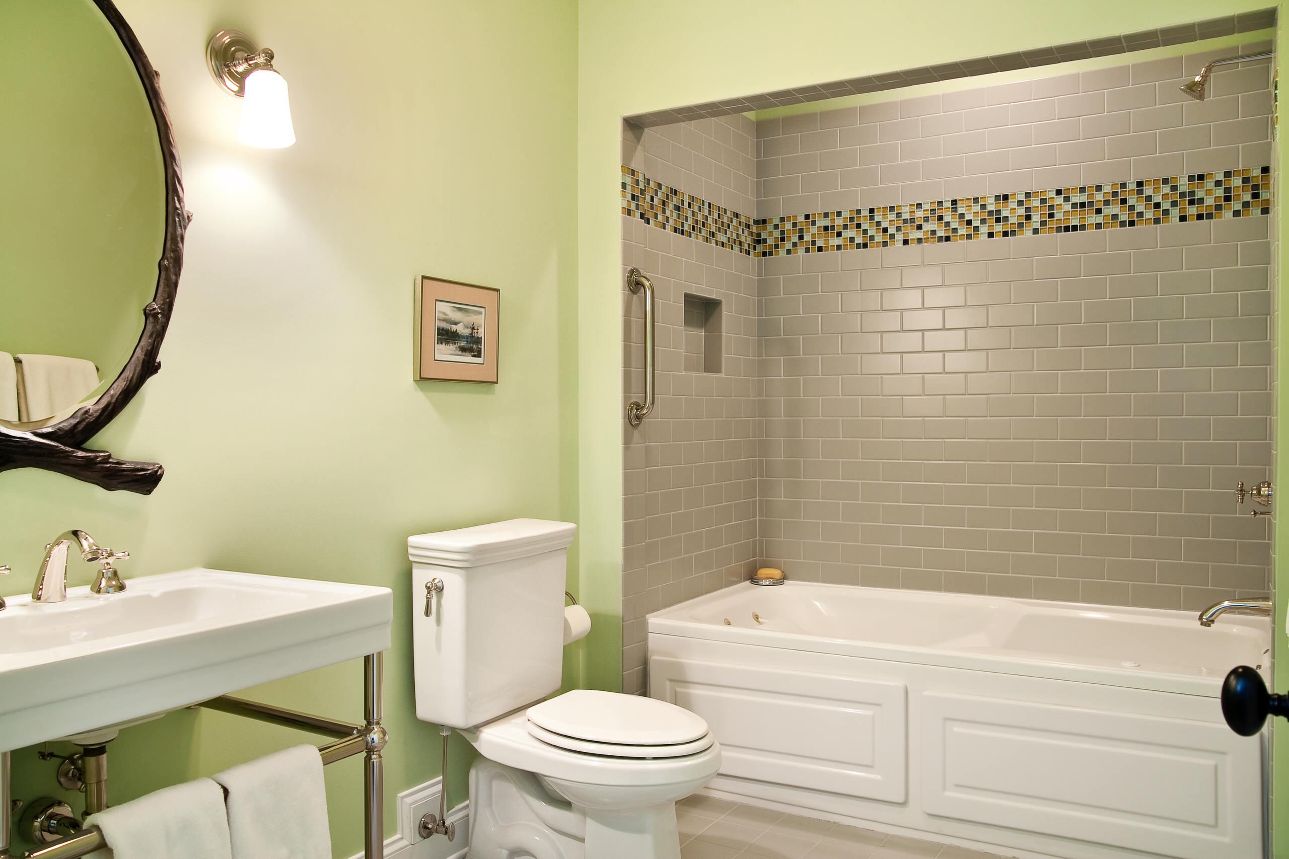 Мятно-зеленая ванная с квадратной раковиной