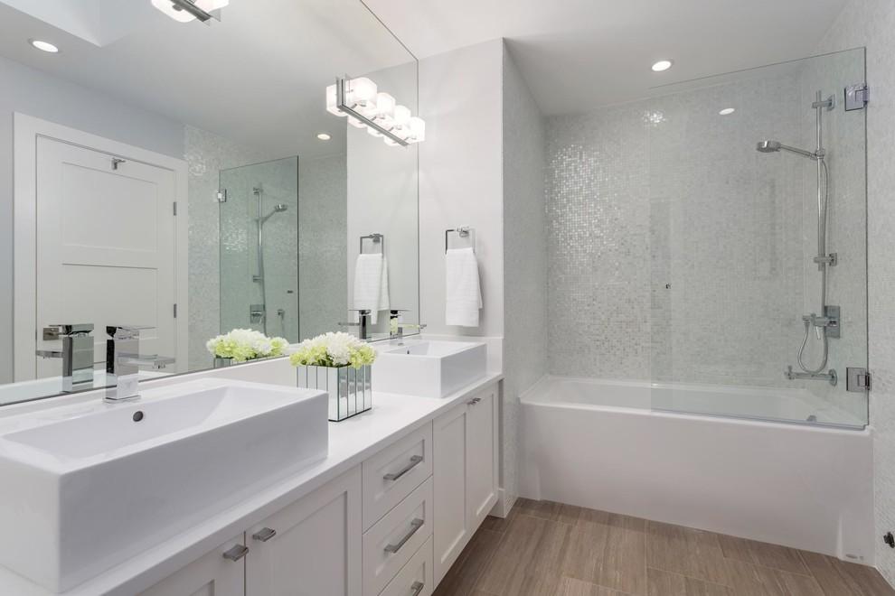 Ванная в белых и светло-серых тонах с мозаичными стенами
