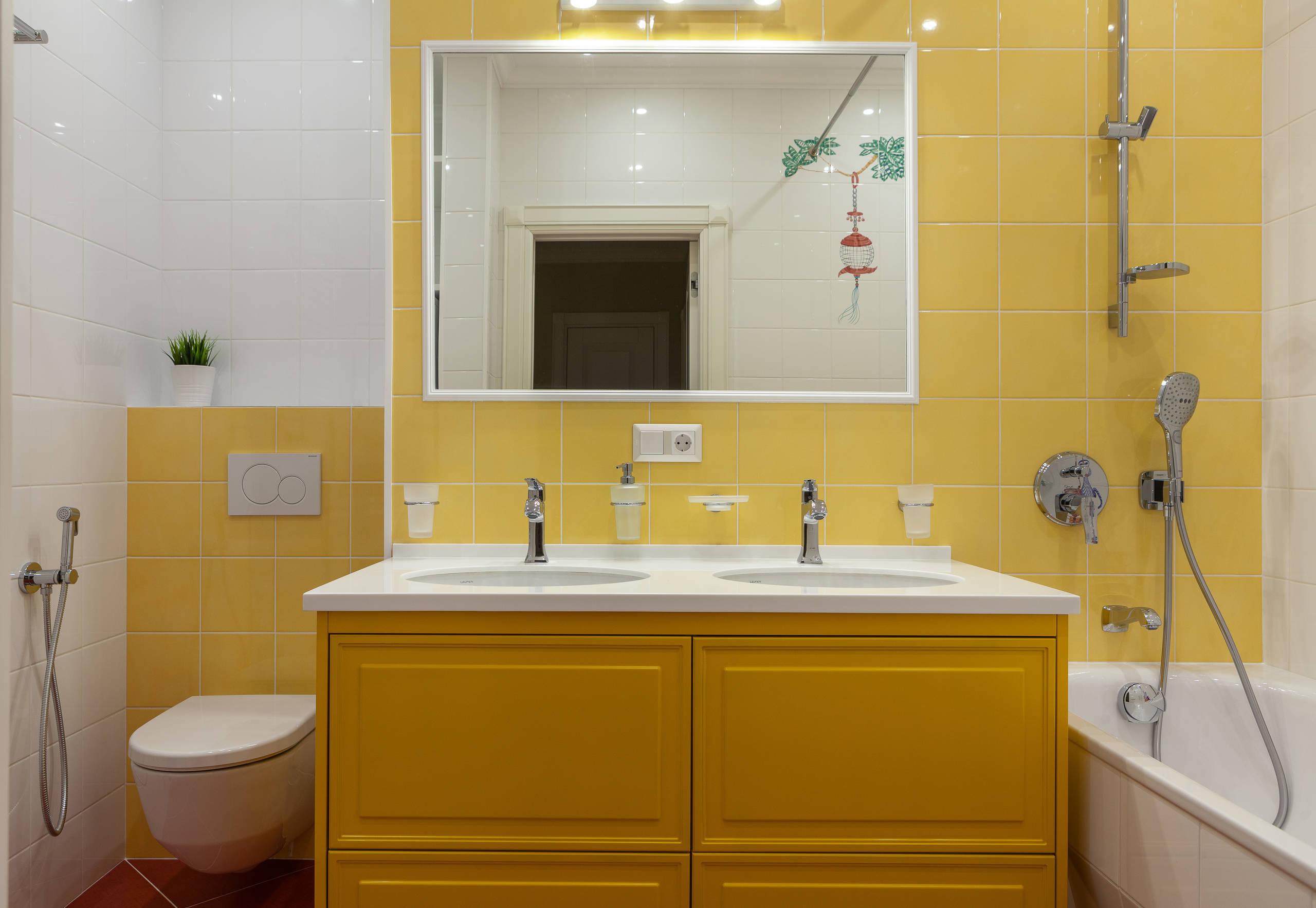 Желтая ванная с белыми аксессуарами