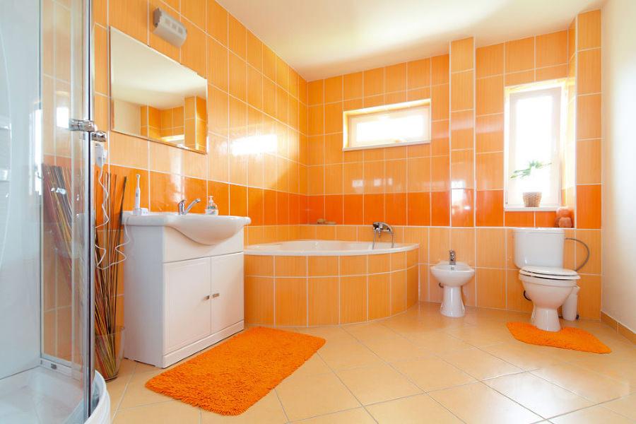 Ванная морковного цвета с белой ванной