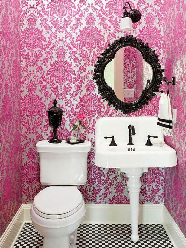 Маленькая ванная с розовыми стенами